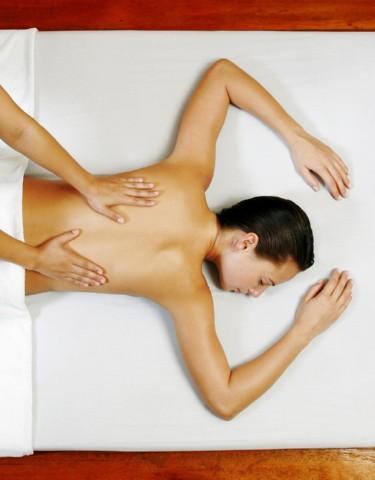 При артрозе плечевого сустава нарушается подвижность руки и появляется боль в суставном