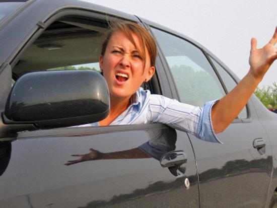 Женщина водитель в
