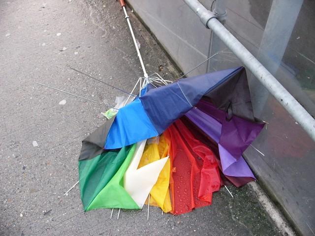 Ещё такой момент - повсеместно выкинутые сломанные зонтики.